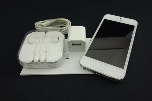 iPhone 5 64GB au [�z���C�g&�V���o�[]