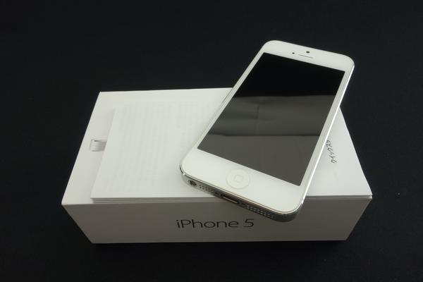 iPhone 5 32GB au [�z���C�g&�V���o�[]